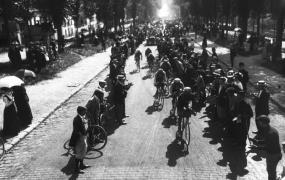 Tour de France 1er août 1909, le 2e peloton au bas de la Côte de Picardie à Versailles ; Agence Rol ; 1909 - Source BnF