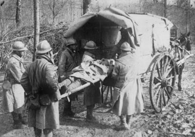 Transport d'un blessé près de Verdun ; Agence Rol ; 1916  - Source BnF