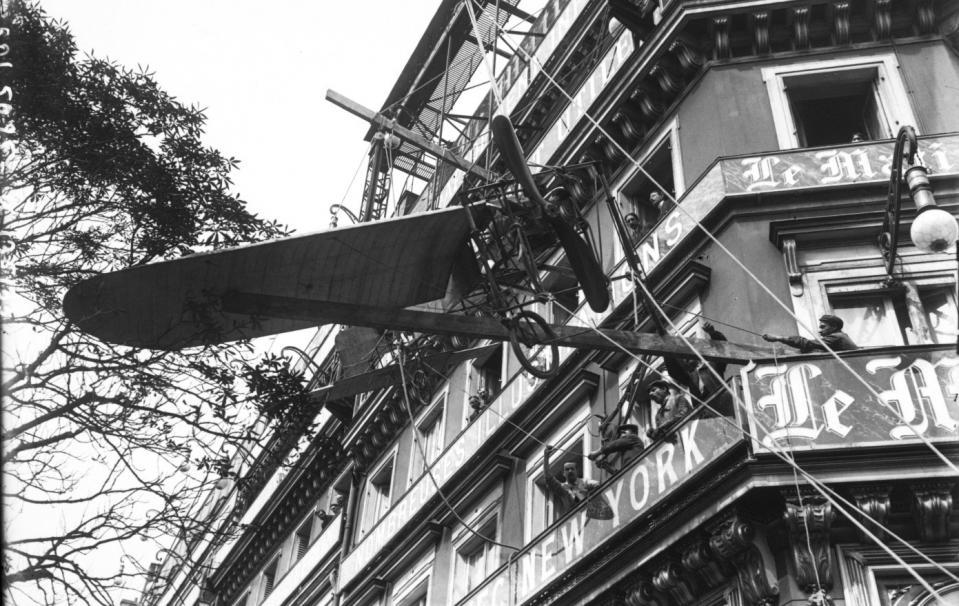 """Le glorieux Blériot XI qui traversa la Manche exposé devant """"Le Matin"""" à Paris, 4 septembre 1909 ; Agence Rol (Paris) ; 1909 - Source BnF."""