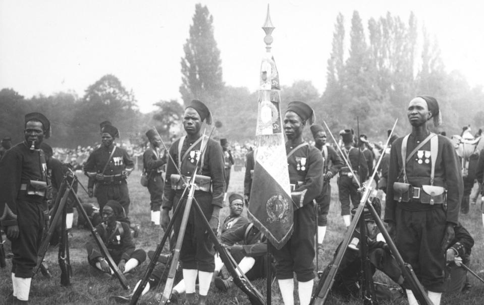 Revue du 14 juillet 1913, drapeau sénégalais ; les tirailleurs sénagalais ; Agence Rol ; 1913 - Source BnF