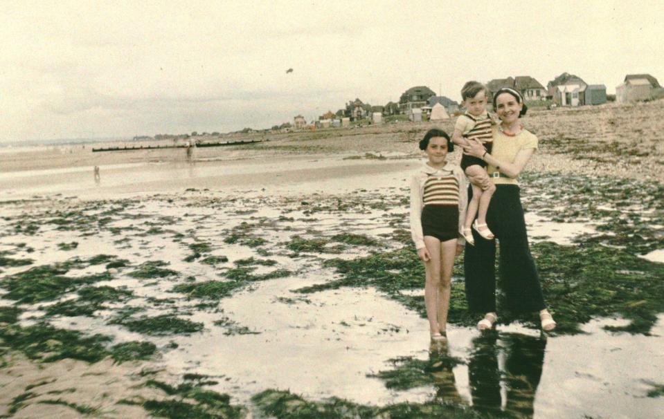 Hermanville, le 7 août 36 : Marcelle Bourquin, son fils, sa fille sur la plage (Léon Girardot - source BnF)