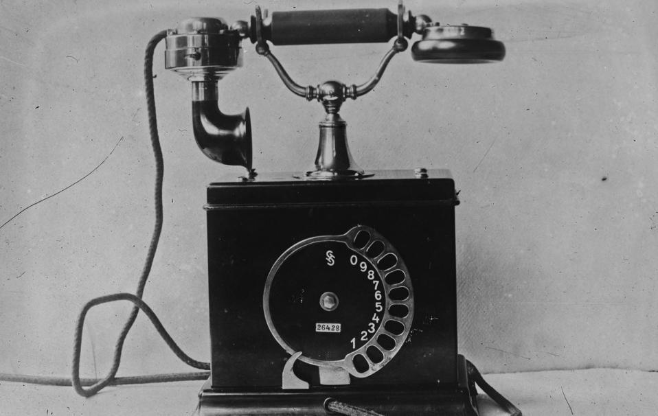 Téléphone de marque Siemens-Halske ; photographie ; 1920 ; Agence Rol ; Source : BnF