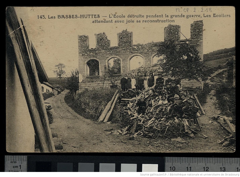 Carte postale montrant les élèves de l'école des Basses-Huttes, attendant « avec joie sa reconstruction », 1917 - source : Gallica-BnF