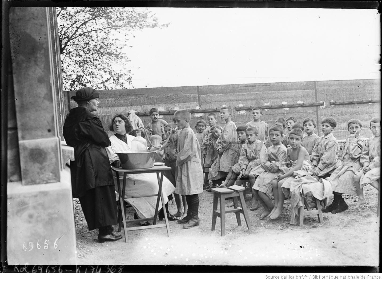 L'école en plein air, boulevard Bessières, 17e arrondissement, lors de son inauguration, Agence Rol, 1921 - source : Gallica-BnF