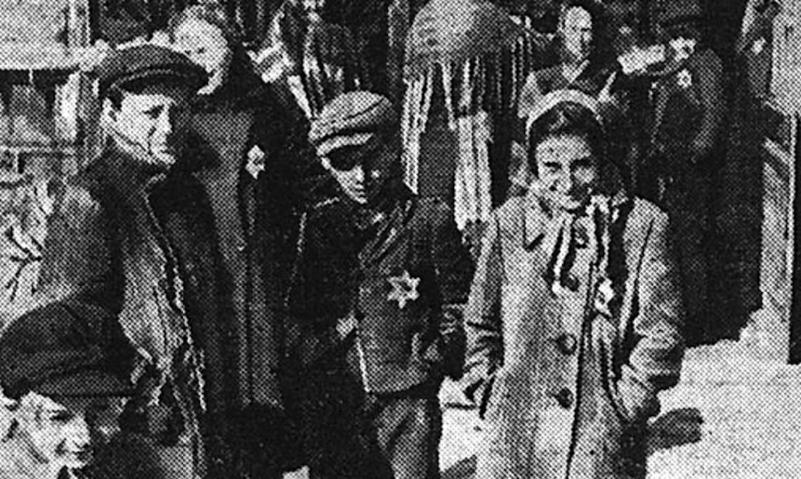 Enfants juifs polonais du ghetto de Bedzin portant l'« étoile jaune », Le Matin, 1942 - source : RetroNews-BnF