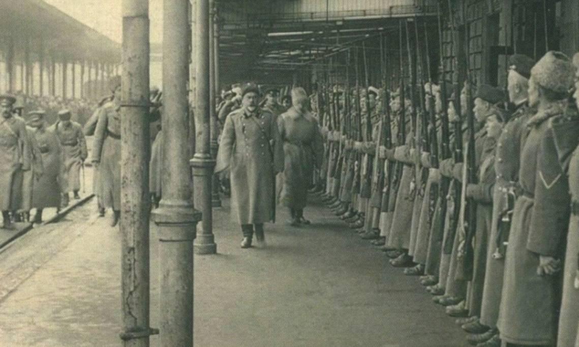 Le général de l'«armée blanche » Anton Dénikine accueilli par sa garde d'officiers à Rostov-sur-le-Don, 1919 - source : WikiCommons