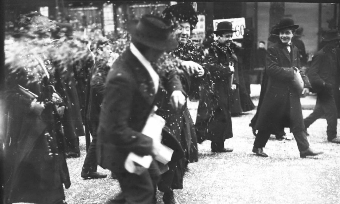 Le jour de mardi gras, bataille de confettis dans la foule, Agence Rol, février 1912 - source : Gallica-BnF