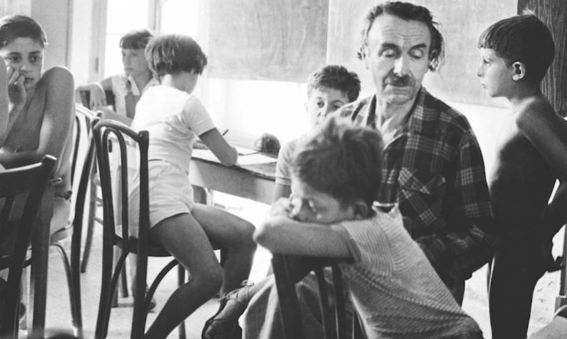 L'instituteur Célestin Freinet donnant cours dans les années 1950 - source : Contretemps, Revue de critique communiste