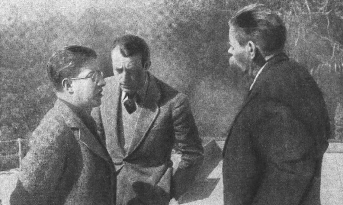 L'écrivain André Malraux en URSS, entre les écrivains soviétiques Koltzov (à gauche) et Maxime Gorki (à droite), dans Marianne, 1936 - source : RetroNews-BnF