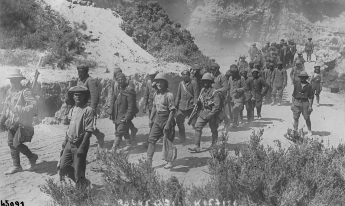 Prisonniers turcs encadrés de soldats britanniques à Gallipoli, Turquie, Agence Rol, 1915 -  source : Gallica-BnF