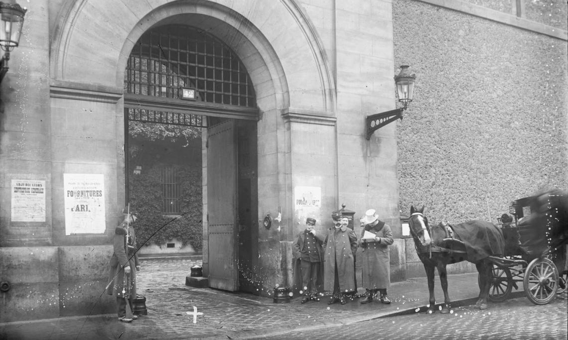 Le porche d'entrée de la prison de la Santé, Agence Rol, 1909 - source : Gallica-BnF
