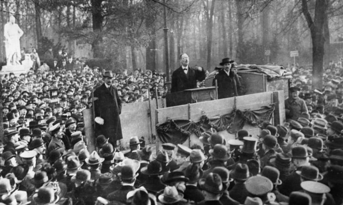 Le révolutionnaire et membre de la ligue spartakiste Karl Liebknecht donne un discours au Tiergarten à Berlin, décembre 1918 - source : Bundesarchiv-WikiCommons