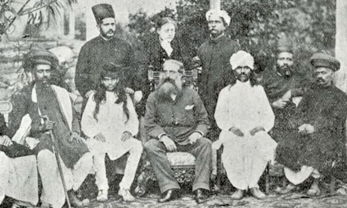 Photo d'Helena Blavatsky (au centre, debout) et de Henry Steel Olcott (au centre, assis) au congrès de la Société de théosophie à Bombay (Mumbai) en 1881 - source : WikiCommons