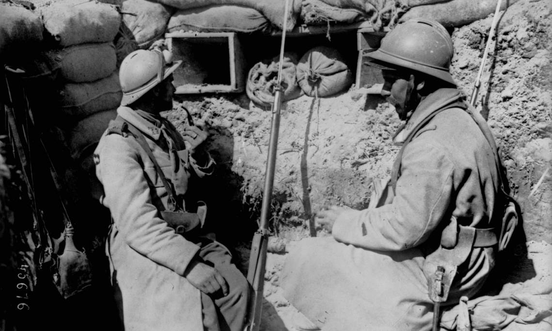 Soldats français dans une tranchée de première ligne en Argonne, Agence Rol, 1915 - source : Gallica-BnF