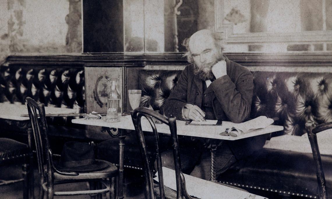 Paul Verlaine au café François Ier, photographie de Dornac dans la série « Nos contemporains chez eux», 1892 - source : Domaine Public