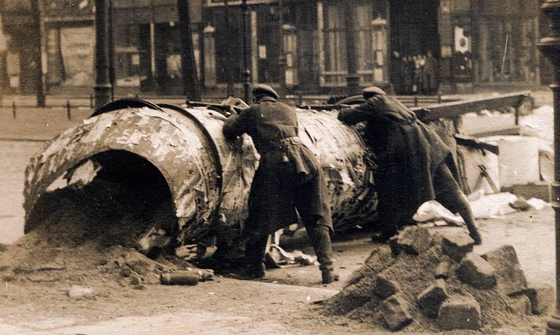 Barricade à Berlin en janvier 1919, photographie d'Alfred Grohs - source : WikiCommons-Bundesarchiv