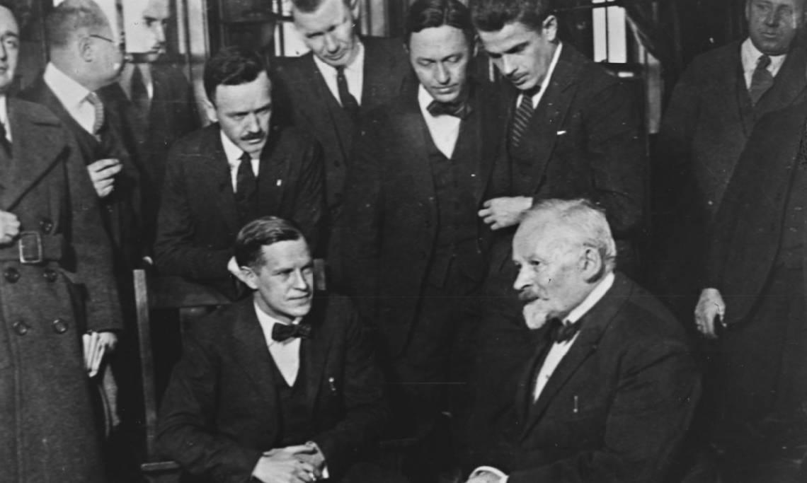 Le docteur Emile Coué (en bas à droite) en Amérique, agence Rol, 1923 - source : Gallica-BnF