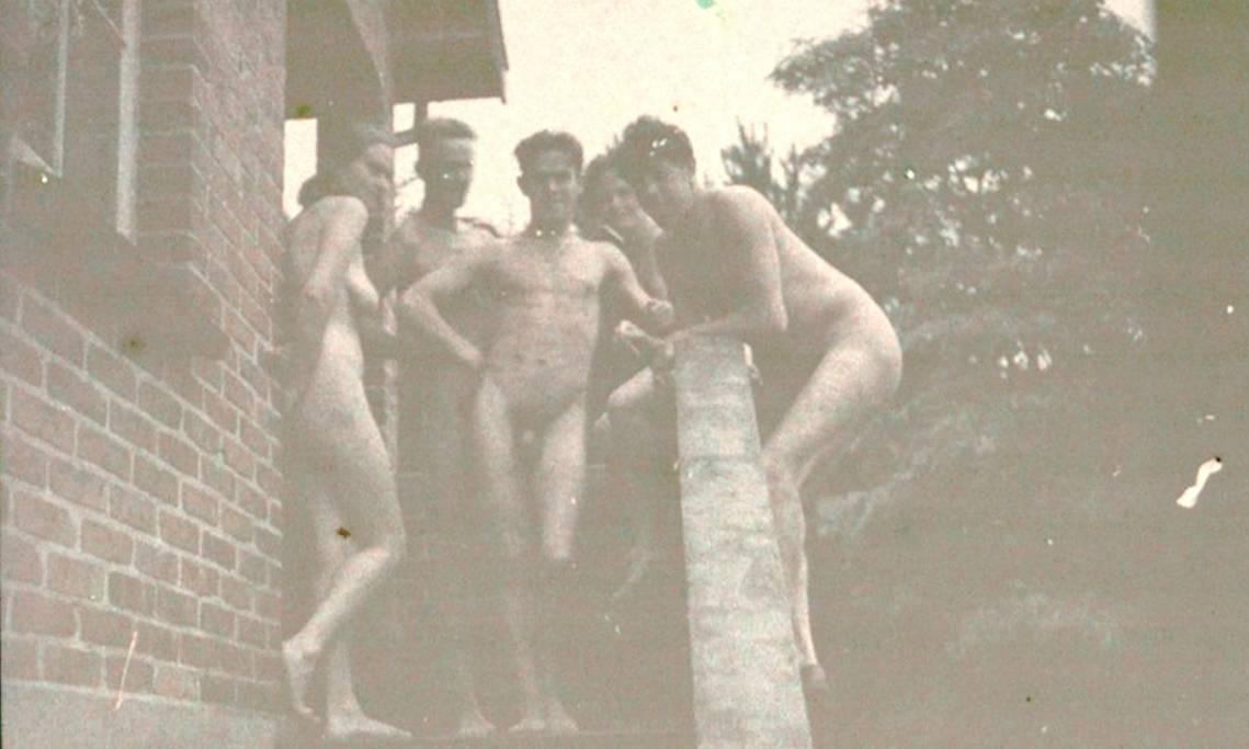Séance de nudisme entre l'acteur Michel Simon et des amis, 1920 - source : Gallica-BnF