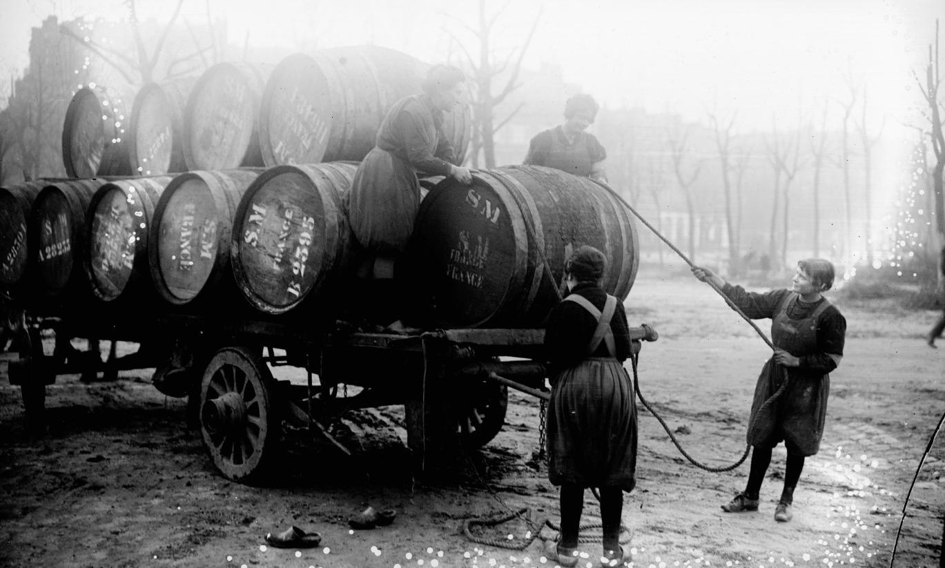 Femmes déchargeant des tonneaux près des docks de Bordeaux, Agence Rol, 1916 - source : Gallica-BnF