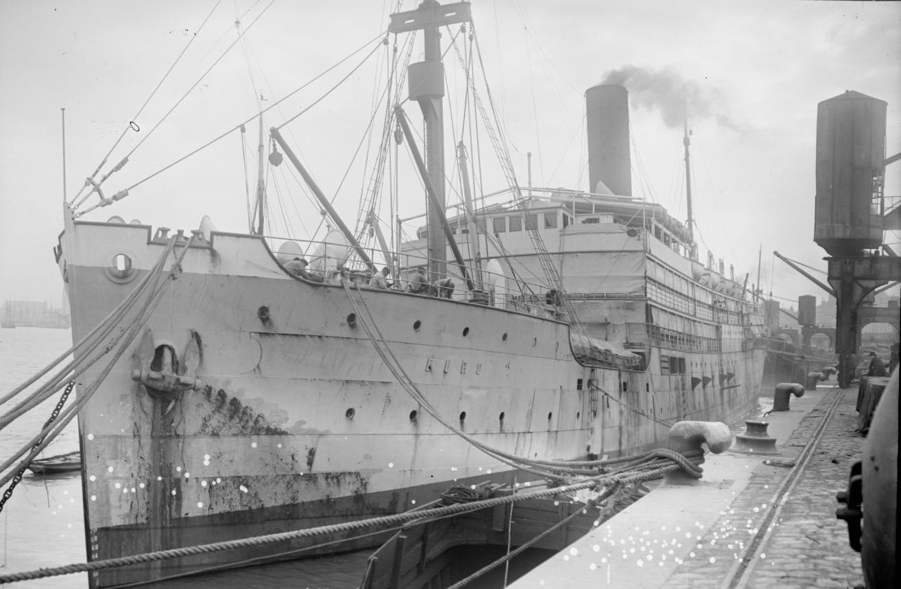 Sur les quais de Bordeaux, où est amarré le cargo « L'Europe», Agence Rol, 1917 - source : Gallica-BnF